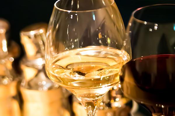 アッ、こぼしちゃった!赤ワインのシミを落とすには白ワイン!?